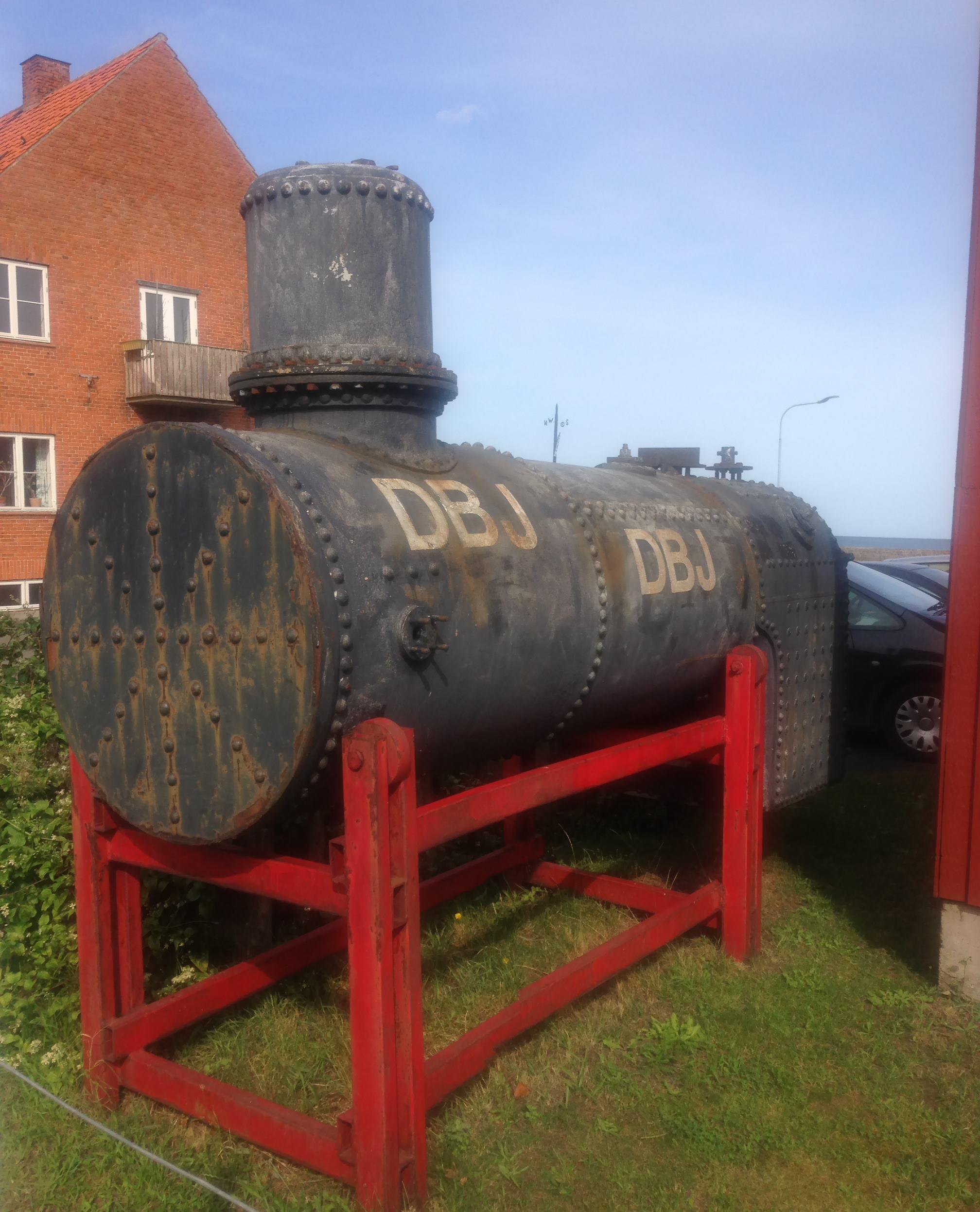 Kaputter Kessel der 'DBJ 16' vor dem Eisenbahnmuseum